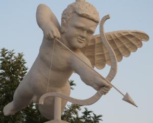 Latinus online amazing tourist sculpture